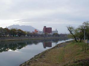 鹿児島県鹿児島市下荒田、甲突川緑地公園から望む朝の桜島